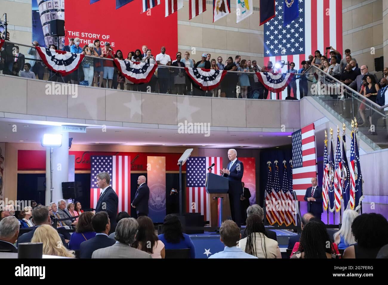 Philadelphia, PA, USA. Juli 2021. Präsident JOE BIDEN hielt am Dienstag, den 13. Juli 2021, im National Constitution Center in Philadelphia, Pennsylvania, eine Rede zu Maßnahmen zum Schutz des heiligen, verfassungsmäßigen Stimmrechts. Kredit: Saquan Stimpson/ZUMA Wire/Alamy Live Nachrichten Stockfoto