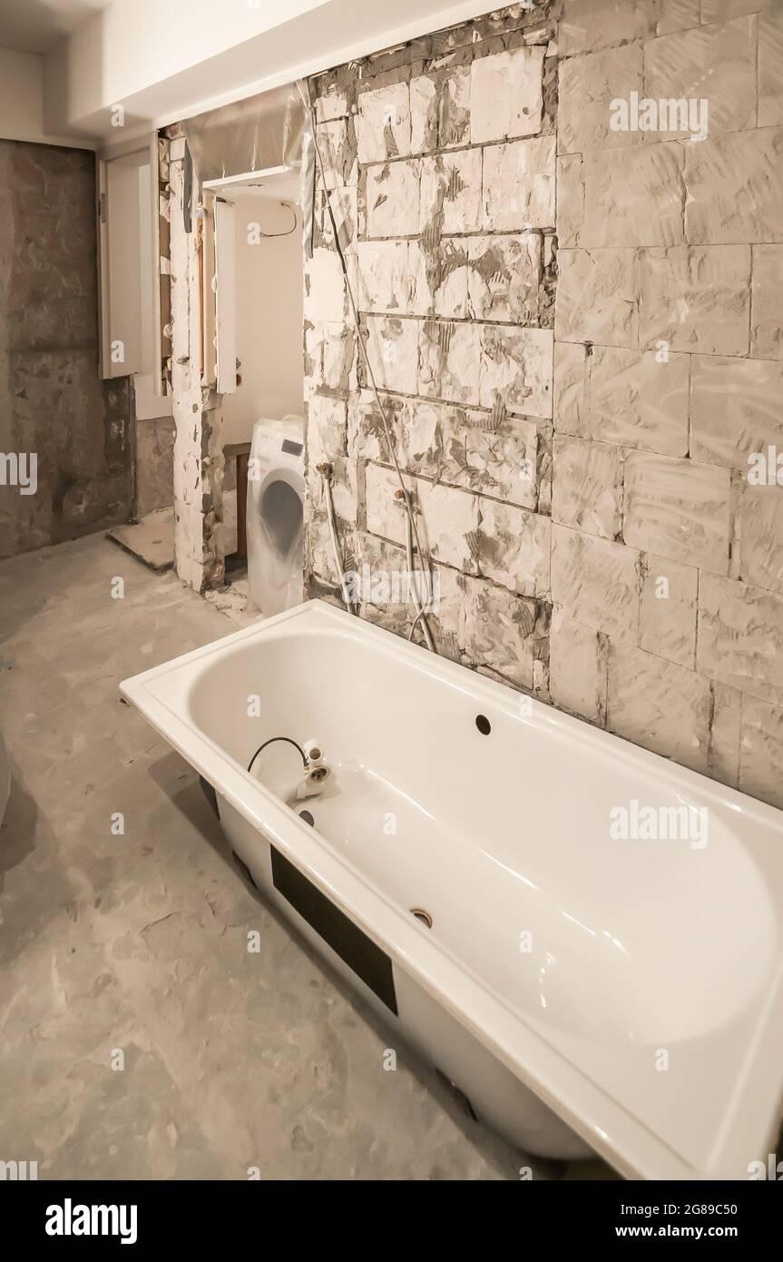 Blick auf ein entkuttes Badezimmer, in dem ein großer ...
