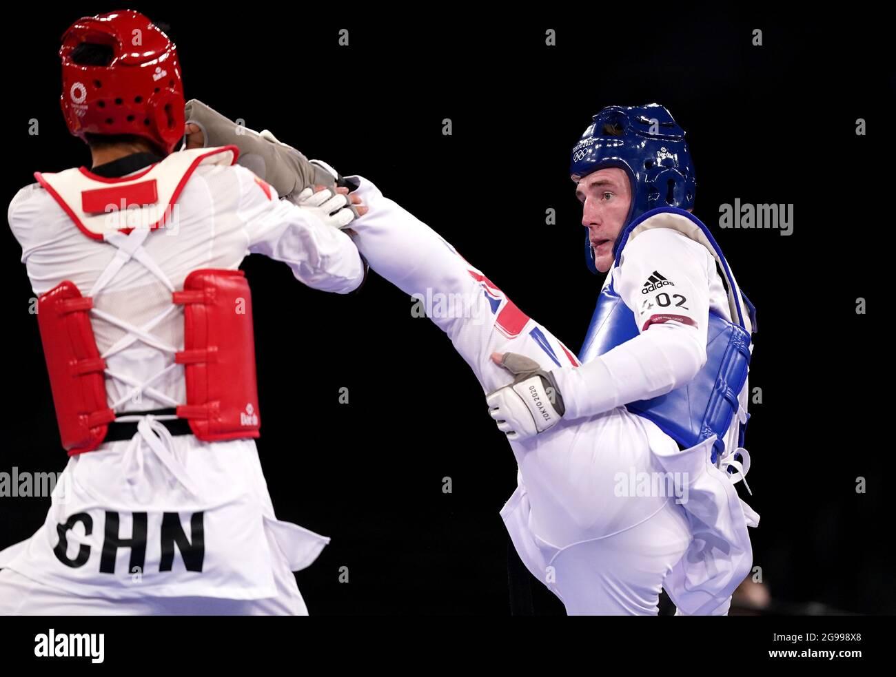 Der britische Bradly Sinden (rechts) im Kampf gegen den chinesischen Shuai Zhao beim Halbfinale der Männer mit 68 kg in der Makuhari Messe Halle A am zweiten Tag der Olympischen Spiele in Tokio 2020 in Japan. Bilddatum: Sonntag, 25. Juli 2021. Stockfoto
