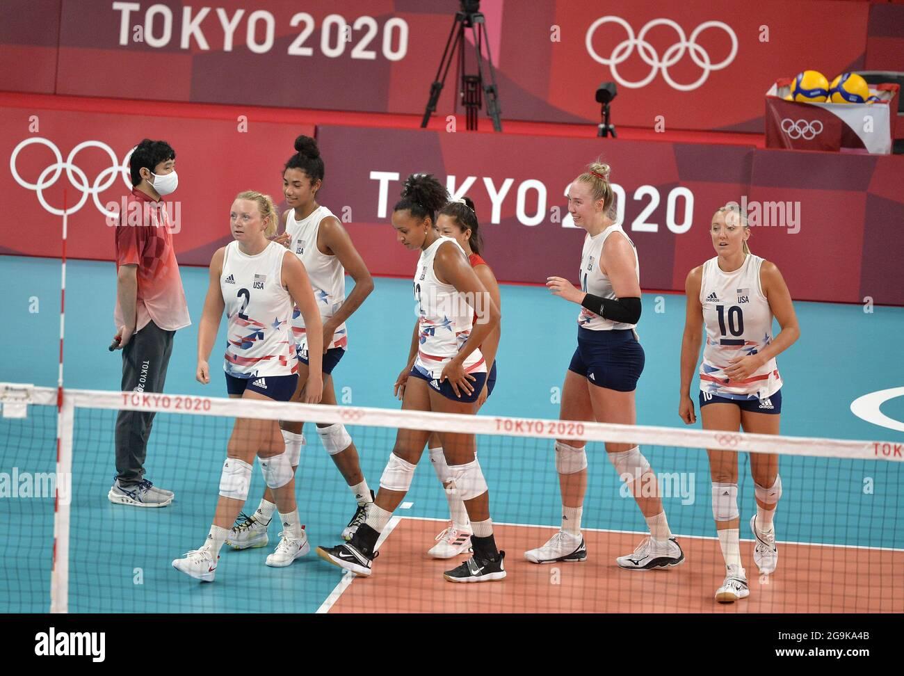 Tokio, Japan. Juli 2021. US-Teammitglieder verlassen das Spielfeld, nachdem sie China in zwei Sätzen besiegt haben, 29-27 und 25-22 im Volleyball-Wettbewerb der Frauen gegen China bei den Olympischen Spielen 2020 in Tokio, Dienstag, den 27. Juli 2021, in Tokio, Japan. Foto von Mike Theiler/UPI Credit: UPI/Alamy Live News Stockfoto