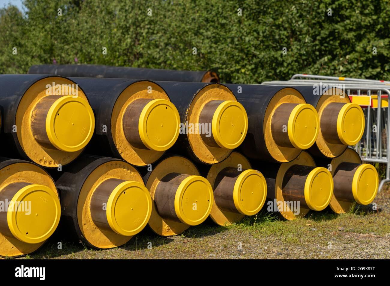 Nahaufnahme eines Stapels von großen industriellen Wasserleitungen mit dicker Dämmung für den Bau in kalten Regionen Stockfoto