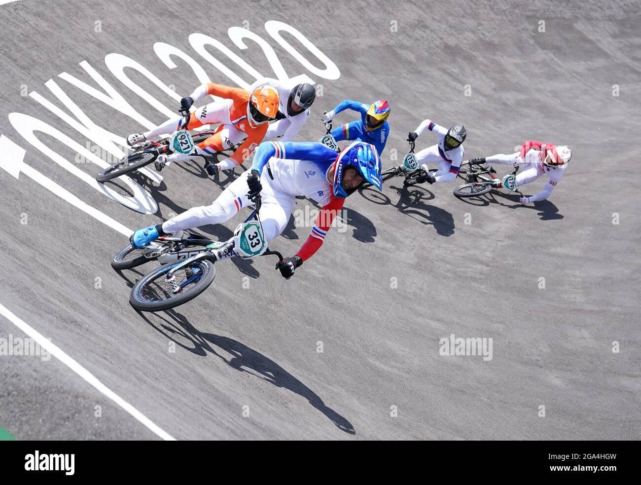 Der Schweizer Simon Marquart (rechts) fällt am sechsten Tag der Olympischen Spiele in Tokio 2020 in Japan in den BMX-Viertelfinale der Herren 3 Heat 3 im Ariake Urban Sports Park. Bilddatum: Donnerstag, 29. Juli 2021. Stockfoto