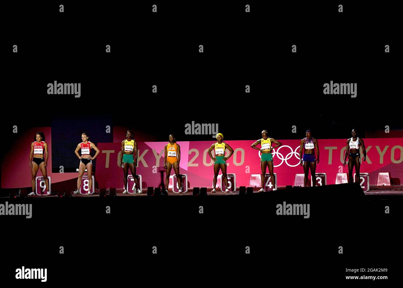 Am achten Tag der Olympischen Spiele in Tokio 2020 in Japan stehen die Teilnehmer vor dem 100-Meter-Finale der Frauen im Olympiastadion an. Bilddatum: Samstag, 31. Juli 2021. Stockfoto