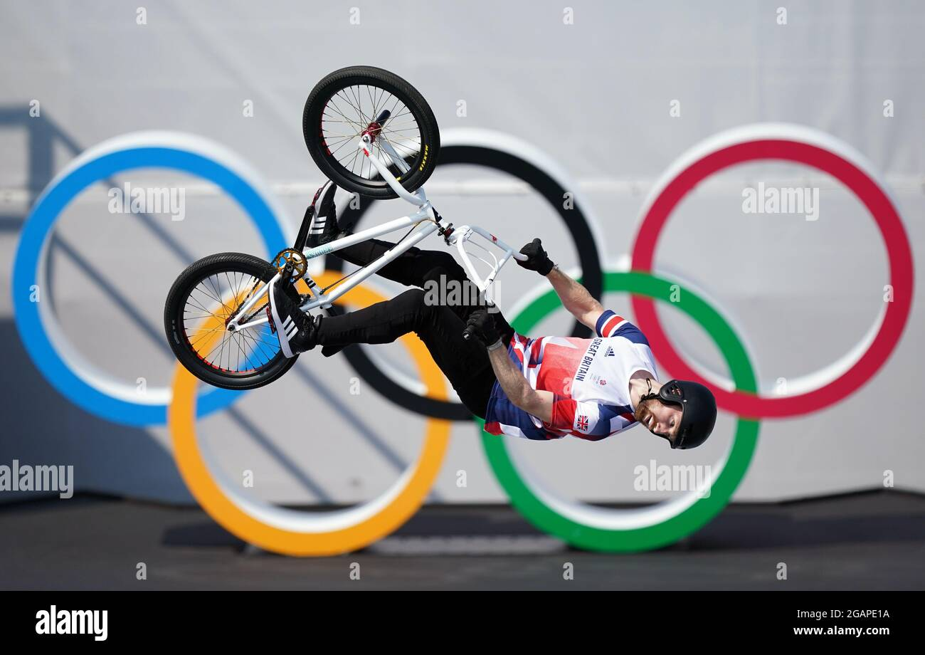 Die britische Charlotte Worthington ist auf dem Weg, am neunten Tag der Olympischen Spiele 2020 in Tokio im Ariake Urban Sports Park eine Goldmedaille im BMX-Freestyle der Frauen zu gewinnen. Bilddatum: Sonntag, 1. August 2021. Stockfoto
