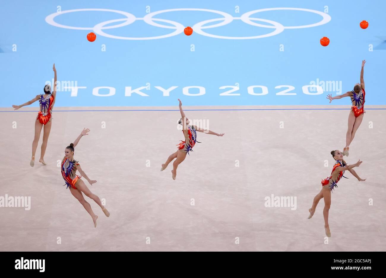 Olympische Spiele 2020 In Tokio - Gymnastik - Rhythmisch - Gruppen-Rundum - Qualifikation - Ariake Gymnastik Center, Tokio, Japan - 7. August 2021. Team Belarus im Einsatz mit Bällen während des Wettbewerbs REUTERS/Lindsey Wasson Stockfoto