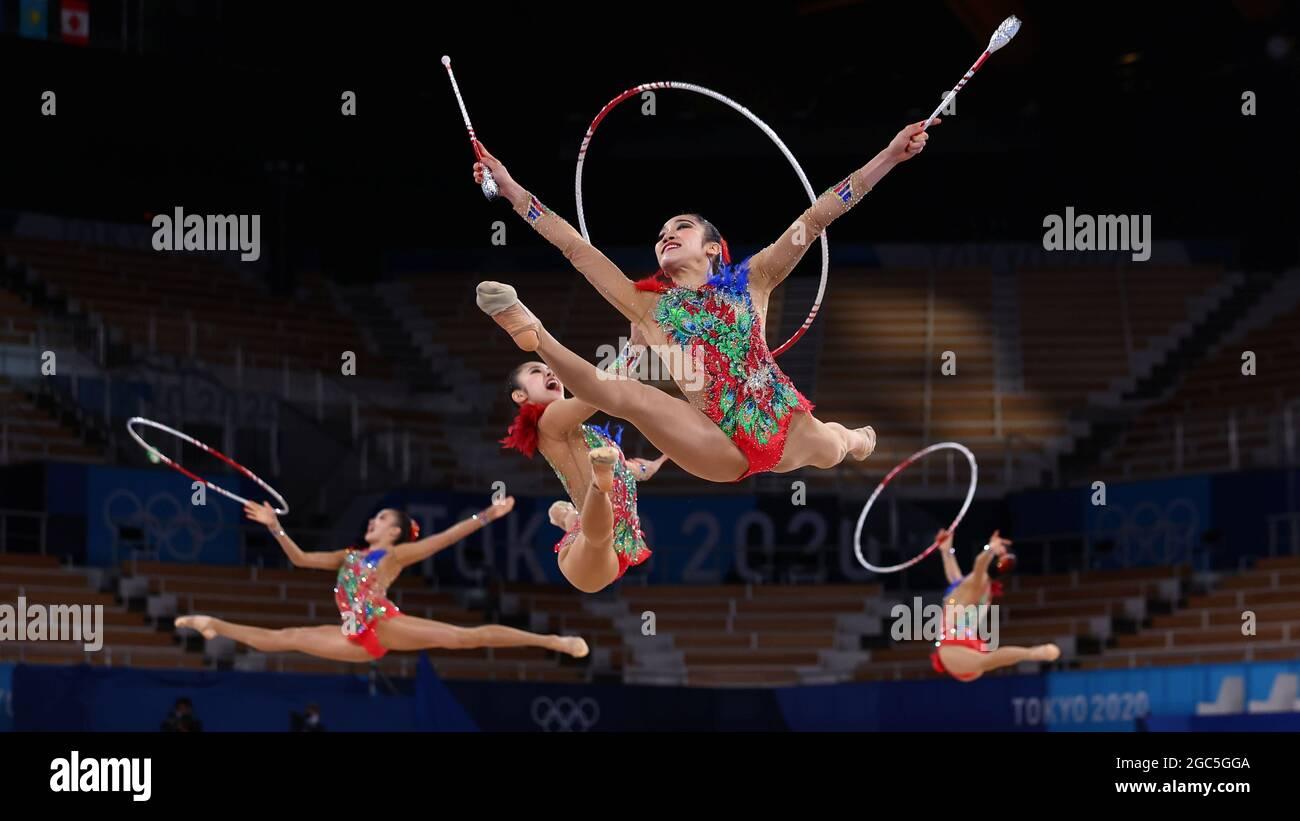 Olympische Spiele 2020 In Tokio - Gymnastik - Rhythmisch - Gruppen-Rundum - Qualifikation - Ariake Gymnastik Center, Tokio, Japan - 7. August 2021. Team Japan in Aktion mit Vereinen und Reifen REUTERS/Mike Blake Stockfoto