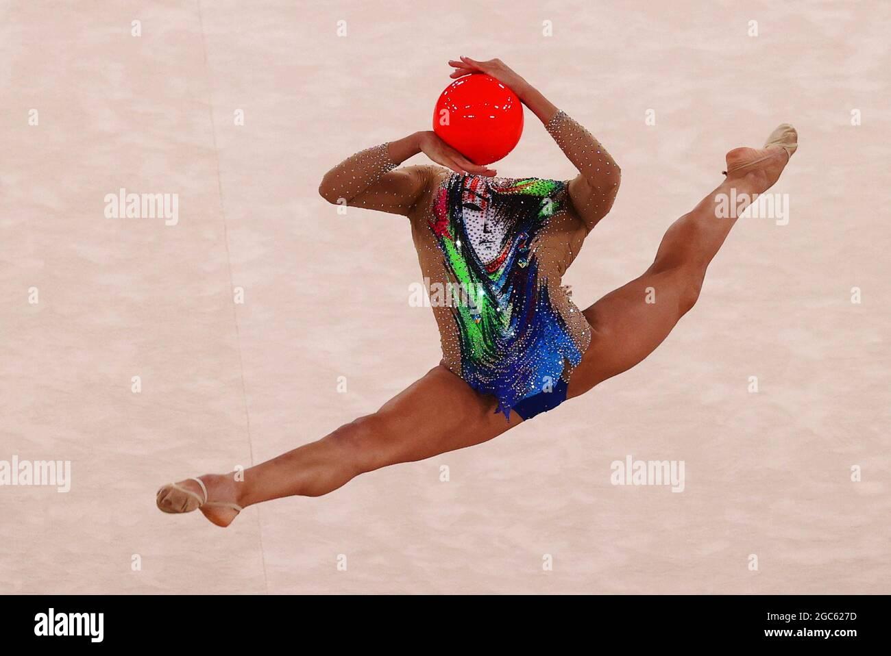 Olympische Spiele 2020 In Tokio - Gymnastik - Rhythmisch - Individuelles Rundum - Finale - Rotation 2 - Ariake Gymnastik Center, Tokio, Japan - 7. August 2021. Linoy Ashram aus Israel in Aktion mit Ball REUTERS/Lindsey Wasson Stockfoto