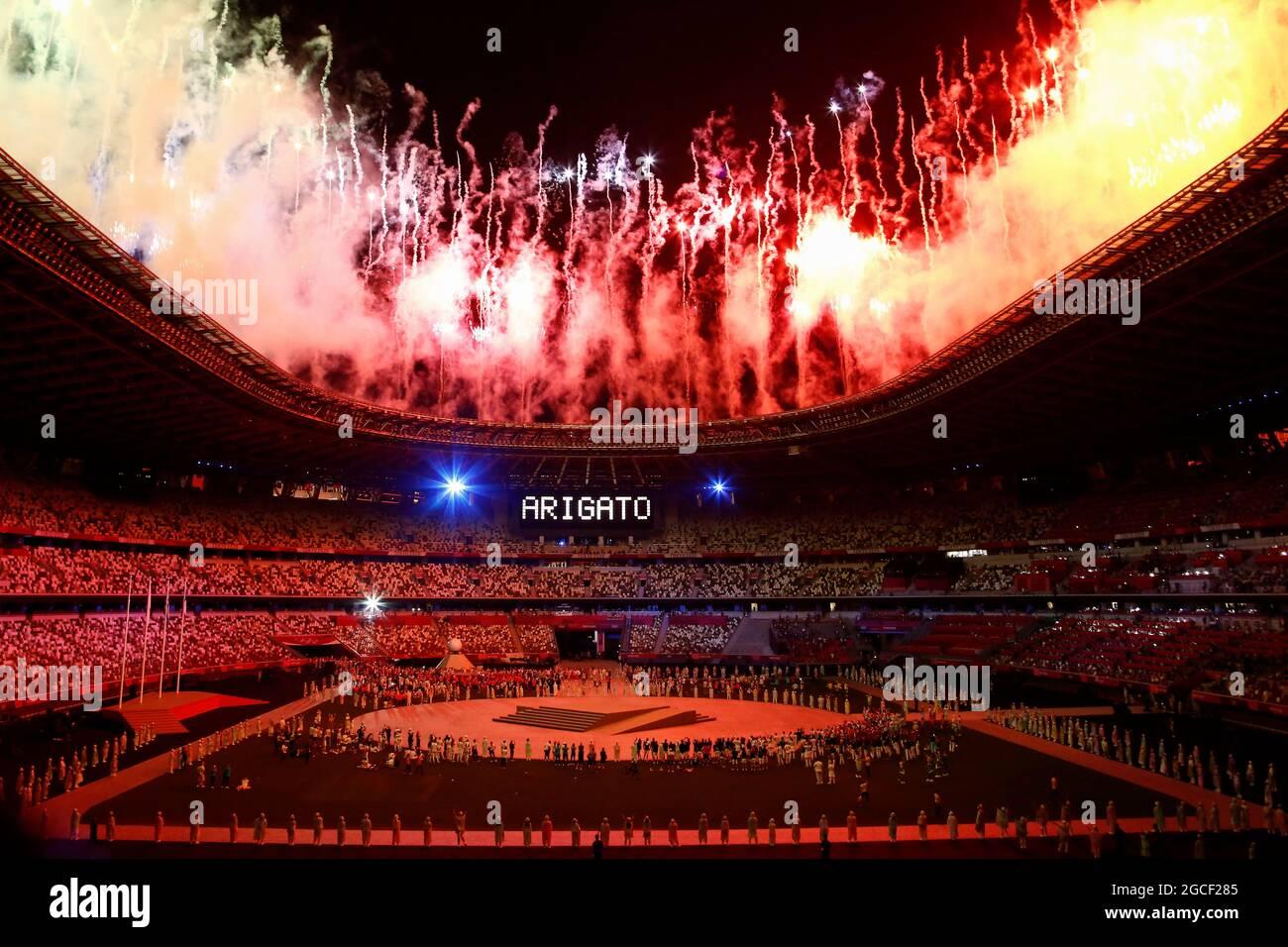 Tokio, Japan. August 2021. Während der Abschlusszeremonie der Olympischen Spiele 2020 in Tokio explodieren Feuerwerke über dem Olympiastadion. (Bild: © Rodrigo Reyes Marin/ZUMA Press Wire) Stockfoto