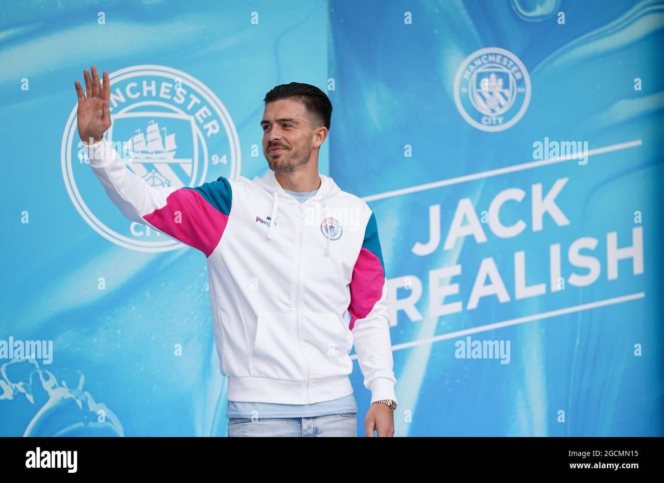 Der neue singende Jack Grealish von Manchester City begrüßt die Fans nach der Pressekonferenz im Etihad Stadium, Manchester. Bilddatum: Montag, 9. August 2021. Stockfoto