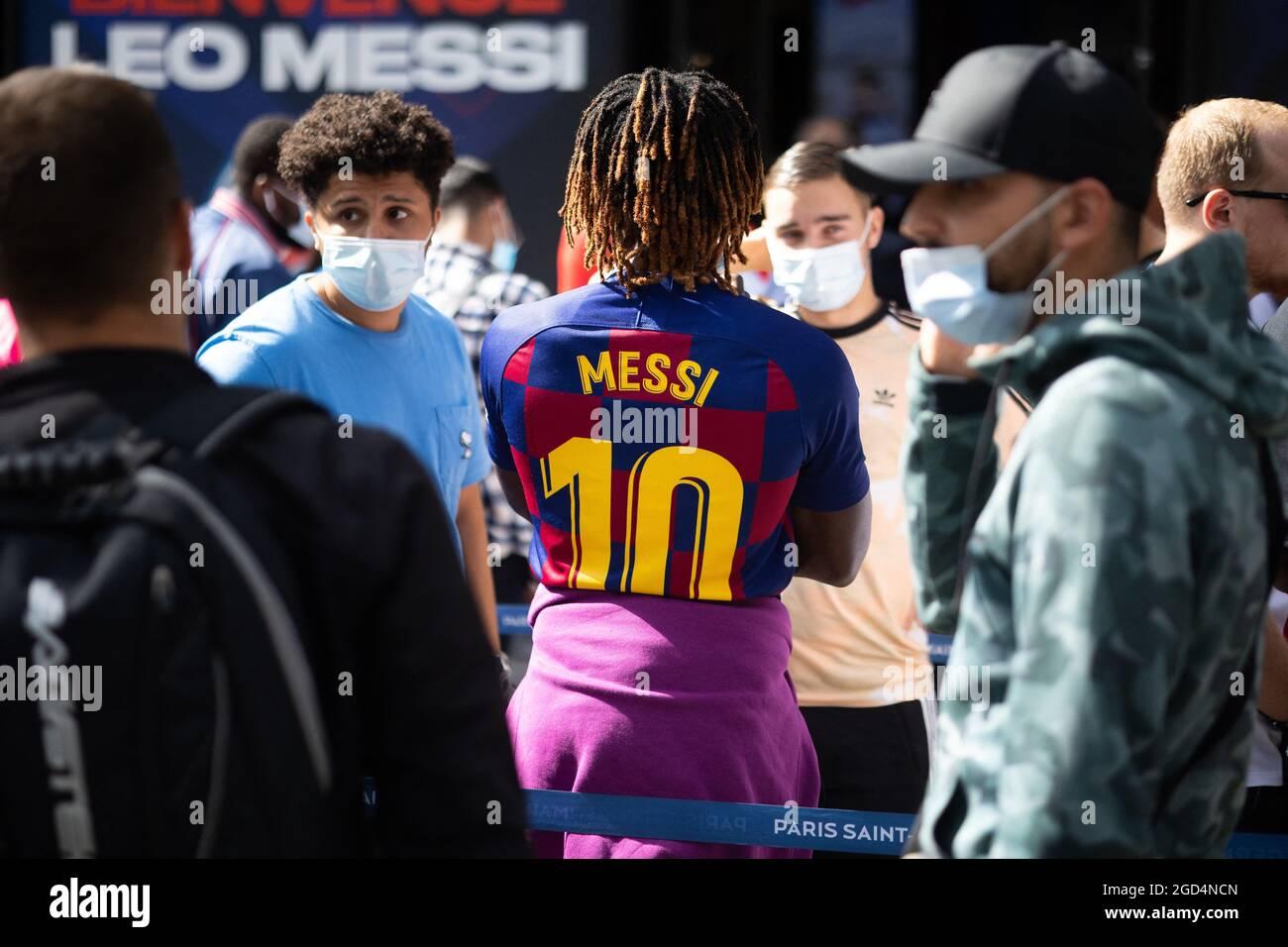 Paris, Frankreich. August 2021. Am 11. August 2021 stehen die Leute Schlange, um ein Trikot des argentinischen PSG-Fußballspielers Lionel Messi im Laden des Fußballclubs Paris-Saint-Germain (PSG) auf der Champs Elysees in Paris zu kaufen. Messi unterzeichnete am 10. August 2021 einen zweijährigen Vertrag mit PSG mit der Option eines zusätzlichen Jahres. Der 34-Jährige wird in Paris die Nummer 30 tragen, die er zu Beginn seiner beruflichen Laufbahn bei Barca hatte. Foto von Raphael Lafargue/ABACAPRESS.COM Quelle: Abaca Press/Alamy Live News Stockfoto