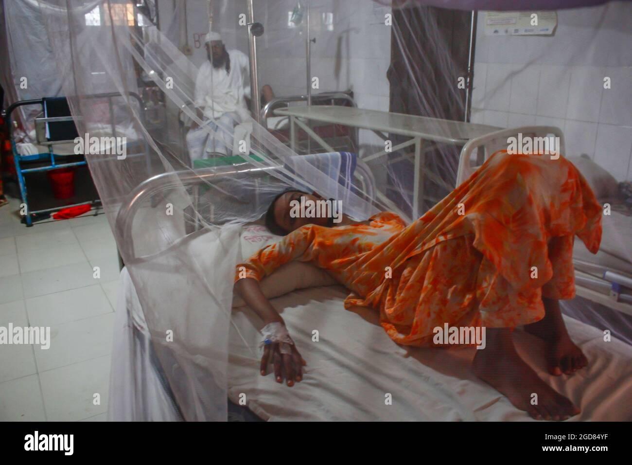 Dhaka, Bangladesch. August 2021. Dengue-Infektionen haben sich in Bangladesch zu einer Krise entwickelt, da in diesem Monat durchschnittlich 75 Fälle täglich gemeldet wurden. In diesem Moment versucht Bangladesch immer noch, mit der Covid-19-Pandemie zu überleben. Inzwischen sind die Symptome von Dengue und Covid-19 ziemlich ähnlich, was es schwierig macht, sie rechtzeitig zu diagnostizieren. (Foto von MD IBRAHIM/Pacific Press) Quelle: Pacific Press Media Production Corp./Alamy Live News Stockfoto