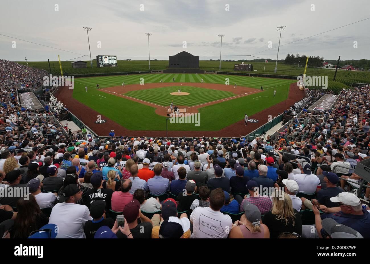 Dyersville, Usa. August 2021. Chicago White Sox Starterkrug Lance Lynn (33) liefert die erste Seillänge gegen die New York Yankees während des MLB Field of Dreams Game in Dyersville, Iowa, Donnerstag, 12. August 2021. Foto von Pat Benic/UPI Credit: UPI/Alamy Live News Stockfoto