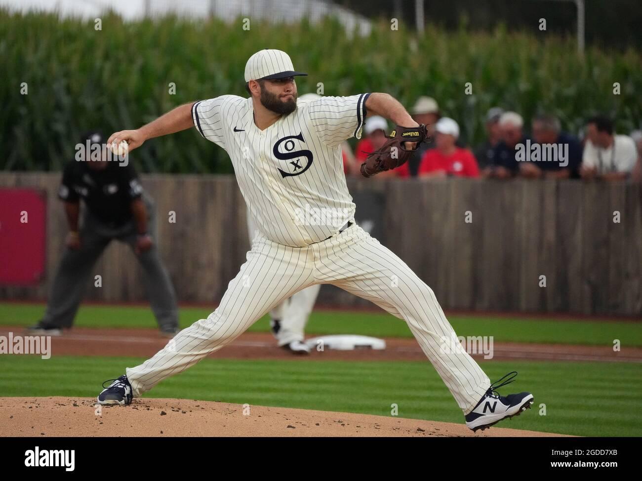 Dyersville, Usa. August 2021. Chicago White Sox Startkannen Lance Lynn (33) liefert an die New York Yankees während des ersten Innings des MLB Field of Dreams Game in Dyersville, Iowa, Donnerstag, 12. August 2021. Foto von Pat Benic/UPI Credit: UPI/Alamy Live News Stockfoto