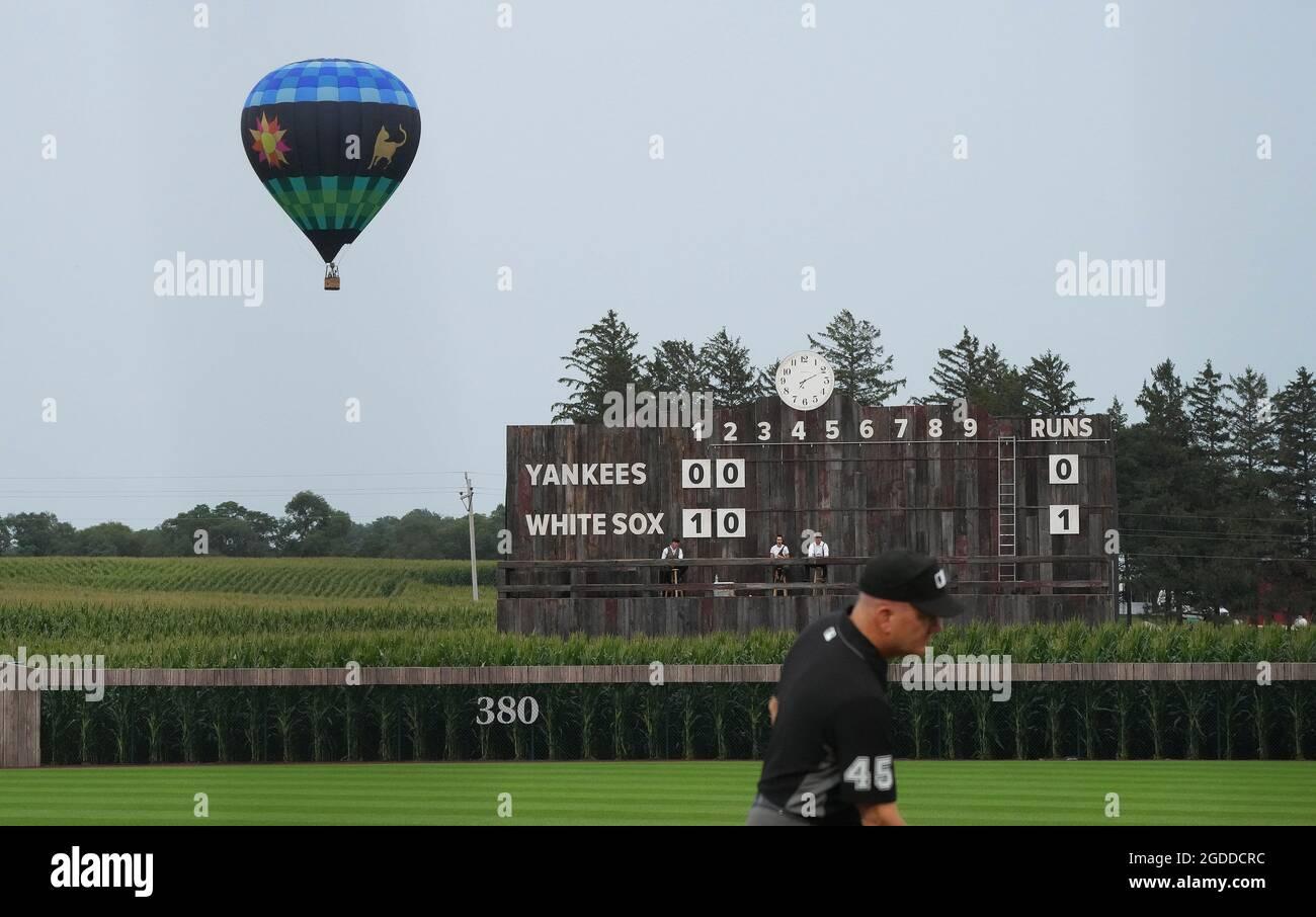 Dyersville, Usa. August 2021. Ein Heißluftballon steigt über ein Maisfeld neben dem MLB Field of Dreams Game in Dyersville, Iowa, am Donnerstag, den 12. August 2021. Foto von Pat Benic/UPI Credit: UPI/Alamy Live News Stockfoto