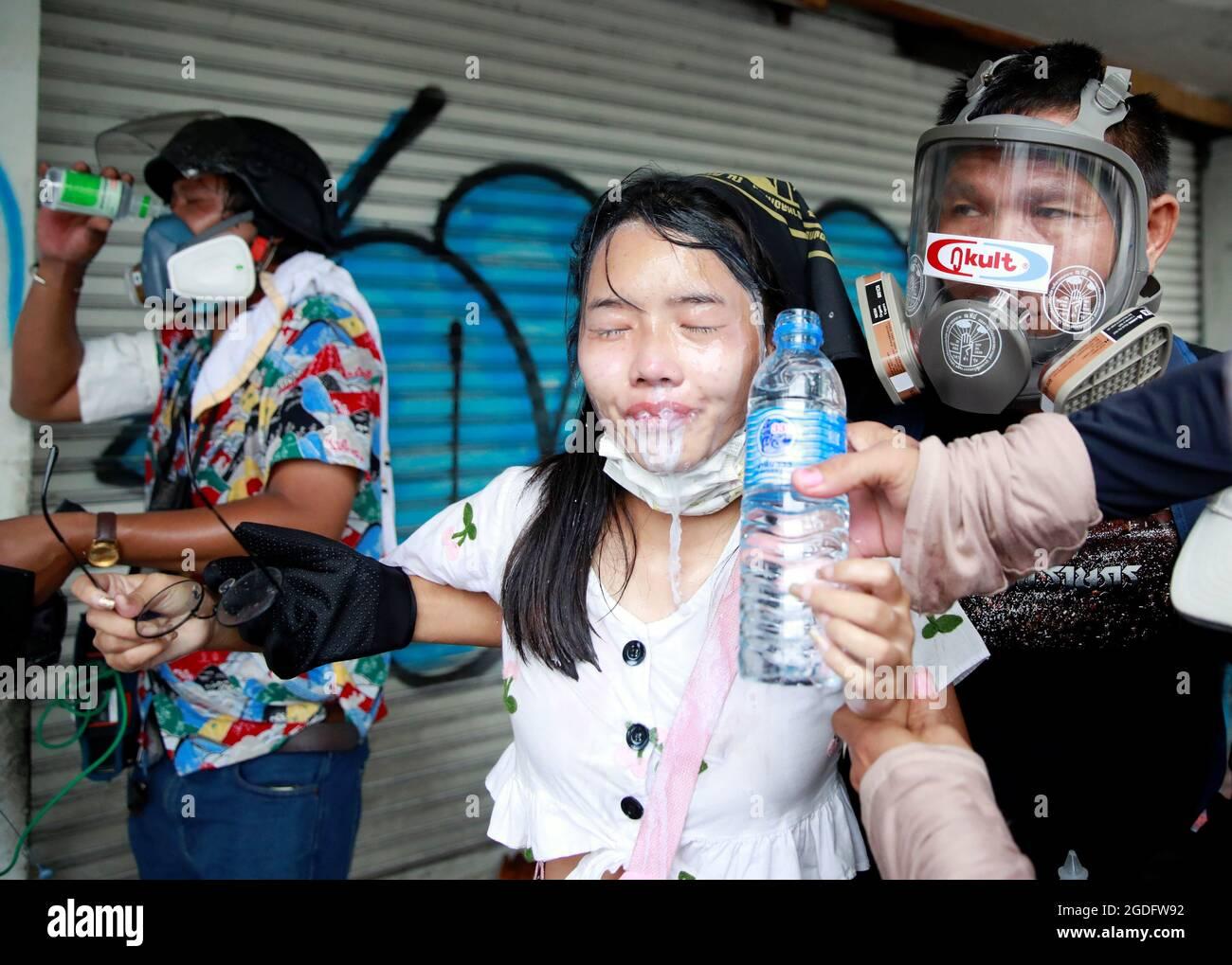 Ein Demonstrator erhält Unterstützung bei einem Protest für den Umgang der Regierung mit der Coronavirus-Pandemie (COVID-19) in Bangkok, Thailand, 13. August 2021. REUTERS/Soe Zeya tun Stockfoto