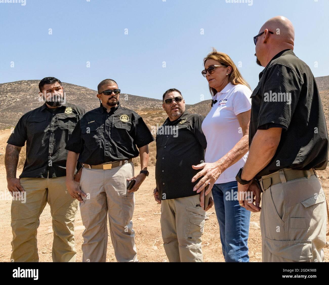 San Diego, Kalifornien, USA. August 2021. Die republikanische Kandidatin für den kalifornischen Gouverneur CAITLYN JENNER besucht die Grenze zu Mexiko, flankiert von Grenzschutzagenten. (Bild: © David Barak/ZUMA Press Wire) Stockfoto