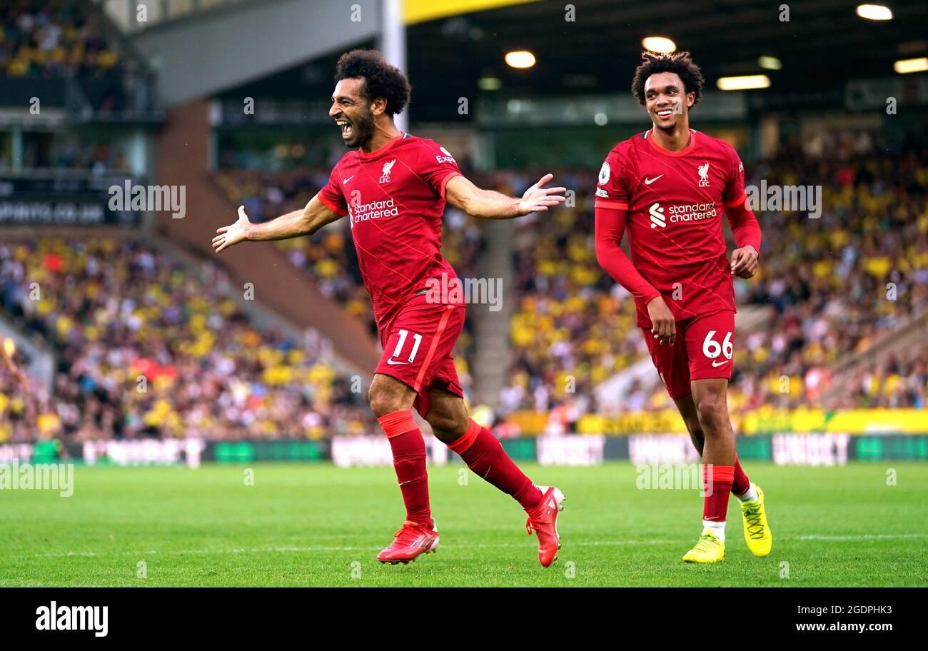 Mohamed Salah aus Liverpool (links) feiert mit Trent Alexander-Arnold, nachdem sie während des Premier League-Spiels in der Carrow Road, Norwich, das dritte Tor ihrer Seite erzielt hatte. Bilddatum: Samstag, 14. August 2021. Stockfoto