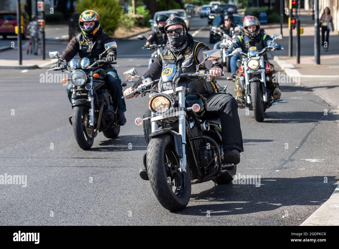 Die Motorradfahrer des Screaming Demons Motorradclubs kommen in Southend on  Sea, Essex, Großbritannien, an. Motorradfahrer in stereotypen schwarzen  Leder und Denim Stockfotografie - Alamy