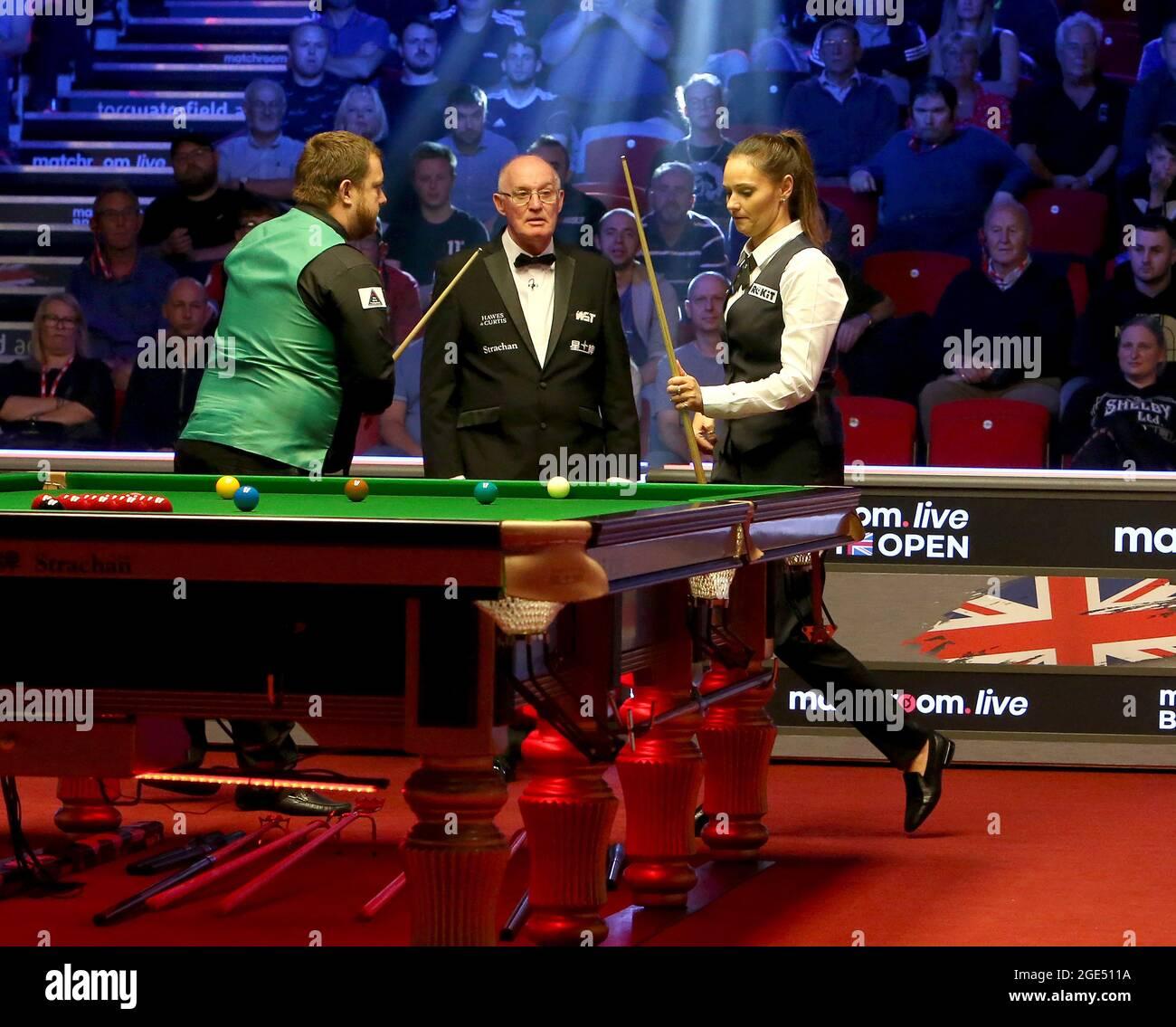 16. August 2021; Morningside Arena, Leicester, England; British Open Snooker Championship; Mark Allan und Reanne Evans starten ihr Spiel ohne Händeschütteln Stockfoto