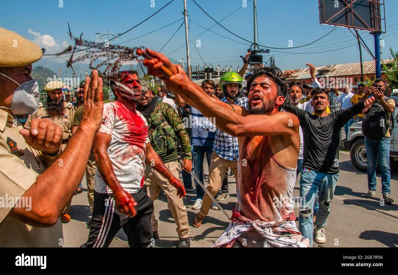 SRINAGAR, KASHMIR, INDIEN - 17. AUGUST 2021: Schiitische Trauernde rufen religiöse Parolen, als sie versuchten, an einer religiösen Muharram-Prozession am 17. August 2021 in Srinagar, Indien, teilzunehmen. Quelle: Mir Yasir Mukhtar/ Medialys Images Stockfoto