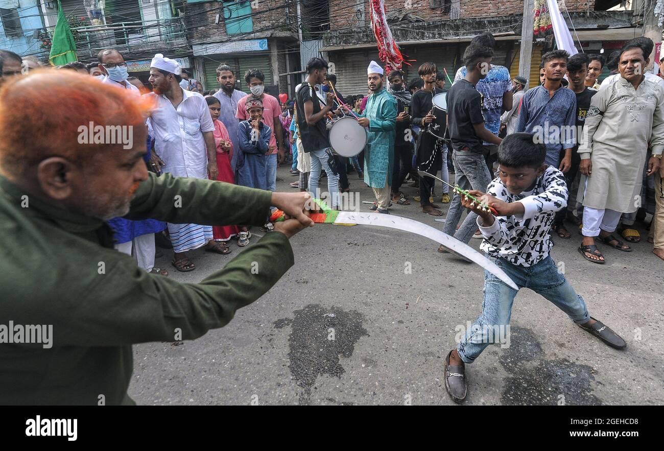 Dhaka, Bangladesch. August 2021. Muharram wird im Genfer Lager gefeiert, das das größte Flüchtlingslager von Dhaka ist und in dem 50 Tausend Bihari leben. Offiziell war die Zeit von 3 bis 6 Uhr begrenzt, sie marschierten mit Tazia und spielten Schlagzeug. (Foto von MD Saiful Amin/Pacific Press) Quelle: Pacific Press Media Production Corp./Alamy Live News Stockfoto