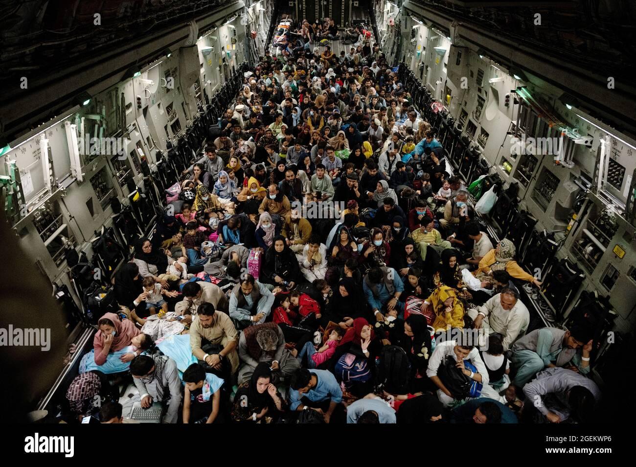 Kabul, Afghanistan. August 2021. Hunderte afghanischer Flüchtlinge sitzen während der Evakuierung von nicht-Kombattanten auf dem Hamid Karzai International Airport im Rahmen der Operation Allies Refuge am 19. August 2021 in Kabul, Afghanistan, auf dem Boden eines Flugzeugs der US-Luftwaffe C-17 Globemaster III. Quelle: Planetpix/Alamy Live News Stockfoto