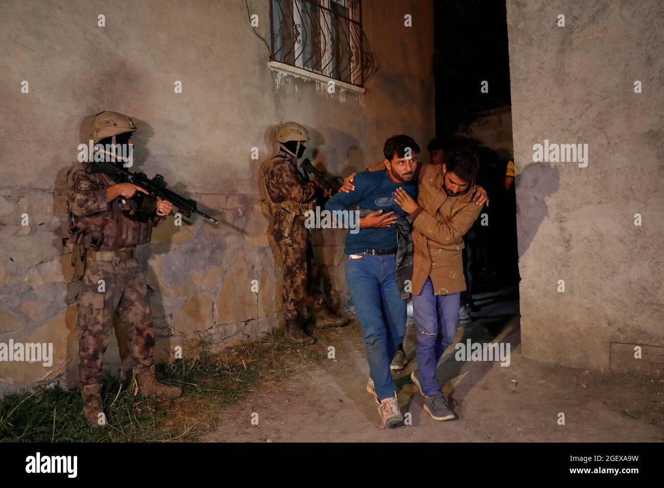 Migranten, hauptsächlich aus Afghanistan, werden gesehen, nachdem sie Ende August 21 von türkischen Sicherheitskräften während einer Operation in der Grenzstadt Van, Türkei 2021, festgenommen wurden. REUTERS/Murad Sezer Stockfoto