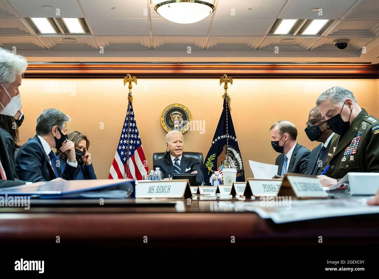 Der Präsident traf sich mit seinem nationalen Sicherheitsteam und später mit Kabinettsmitgliedern, um über die Sicherheitslage in Afghanistan, Terrorismusbekämpfung, Evakuierungsbemühungen und intensive diplomatische Bemühungen zum Abschluss von Vereinbarungen mit zusätzlichen Transitzentren von Drittstaaten zu sprechen. Stockfoto