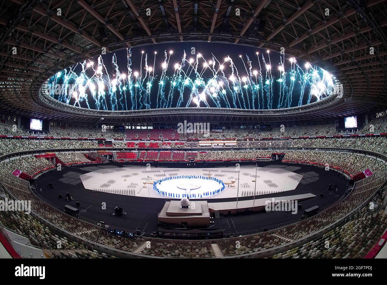 Tokio, Japan. August 2021. Während der Eröffnungsfeier der Paralympischen Spiele 2020 in Tokio, Japan, am 24. August 2021 explodieren Feuerwerke über dem Olympiastadion. Quelle: Xiong Qi/Xinhua/Alamy Live News Stockfoto