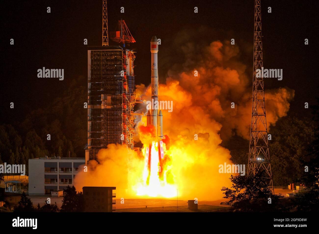 Xichang. August 2021. Ein neuer Experimentsatellit für Kommunikationstechnologie wird am 24. August 2021 um 11:41 Uhr (Pekinger Zeit) von einer langen Trägerrakete vom März-3B im Xichang Satellite Launch Center in der südwestlichen chinesischen Provinz Sichuan gestartet. China startete am Dienstag erfolgreich einen neuen Experimentsatelliten für Kommunikationstechnologie vom Xichang Satellite Launch Center in der südwestlichen Provinz Sichuan in China. Quelle: Guo Wenbin/Xinhua/Alamy Live News Stockfoto