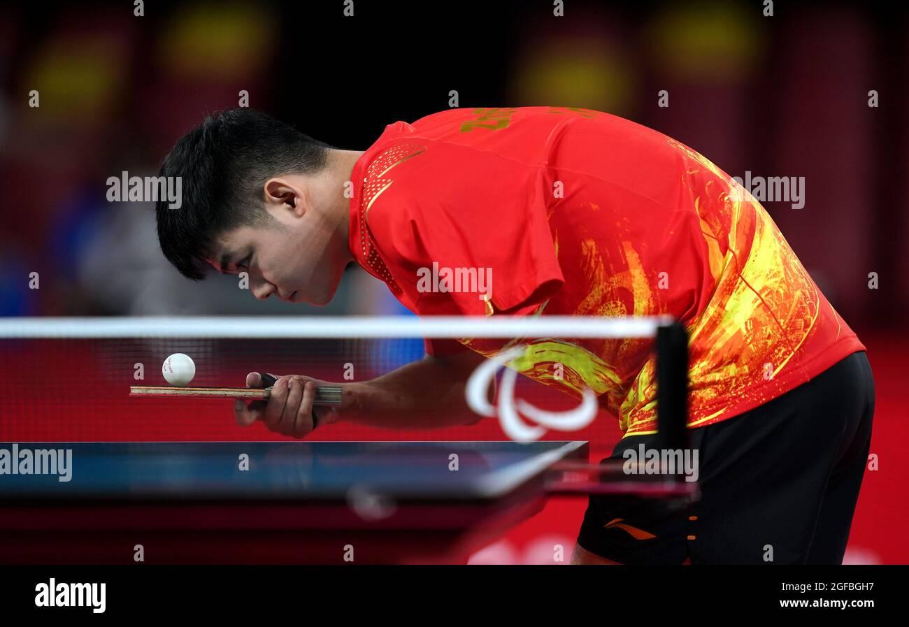 Der chinesische Zhao Shuai ist am ersten Tag der Paralympischen Spiele in Tokio 2020 in Japan beim Männer-Einzel-Tischtennis der Klasse 8 der Gruppe B im Tokyo Metropolitan Gymnasium im Einsatz. Bilddatum: Mittwoch, 25. August 2021. Stockfoto