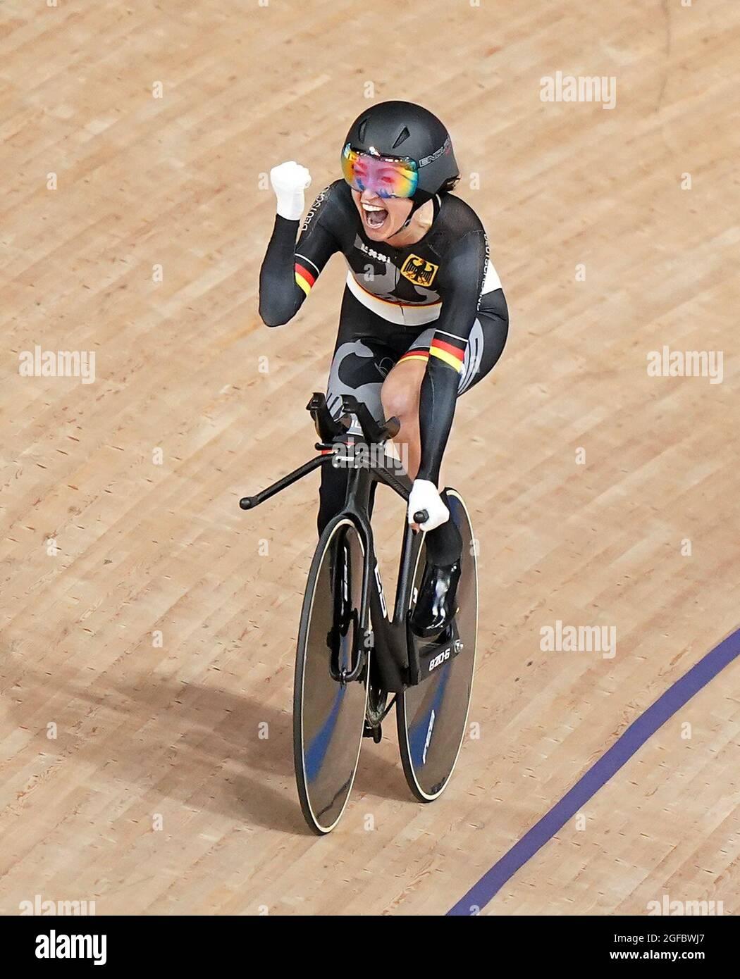Die deutsche Denise Schindler feiert beim Track Cycling auf dem Izu Velodrome am ersten Tag der Paralympischen Spiele in Tokio 2020 in Japan den Bronzemieg in der Einzeljagd der Frauen C1-3 über 3000 m. Bilddatum: Mittwoch, 25. August 2021. Stockfoto
