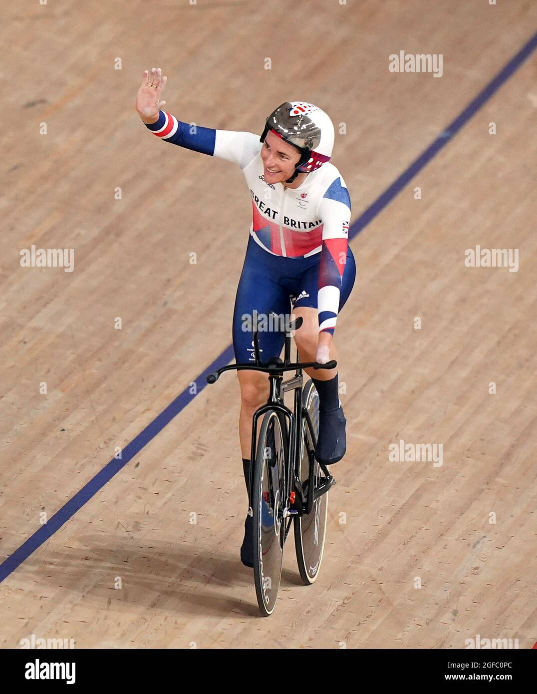Die britische Dame Sarah Story feiert den Goldsieg bei der Einzeljagd der Frauen im C5 3000 m-Lauf während des Track Cycling auf dem Izu Velodrome am ersten Tag der Paralympischen Spiele in Tokio 2020 in Japan. Bilddatum: Mittwoch, 25. August 2021. Stockfoto