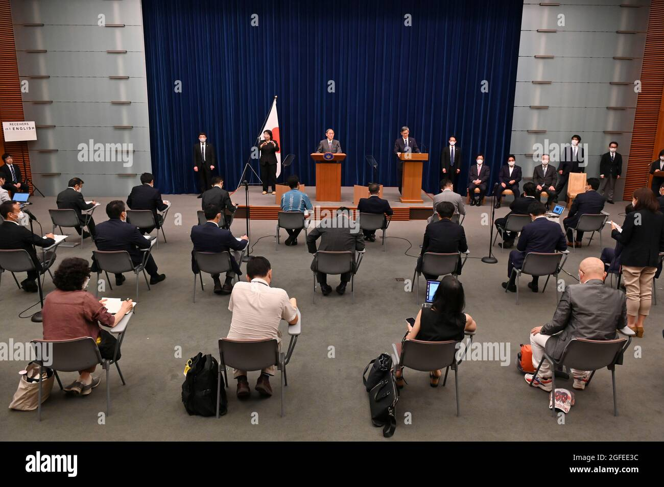 Tokio, Japan. August 2021. Japans Premierminister Yoshihihide Suga (TOP, C) nimmt an einer Pressekonferenz in der offiziellen Residenz des Premierministers in Tokio Teil. (Bild: © POOL via ZUMA Press Wire) Stockfoto