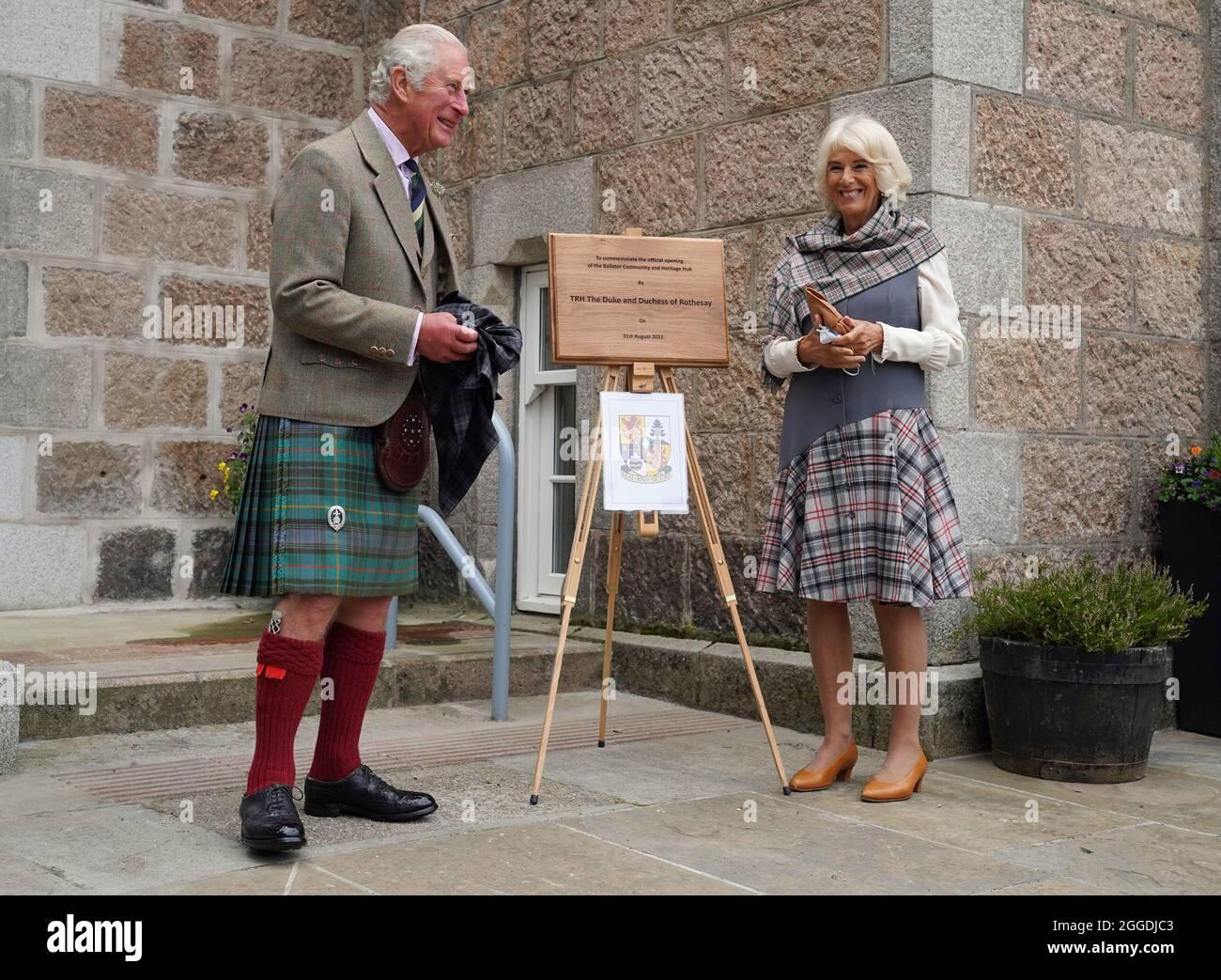 Prinz von Wales und die Herzogin von Cornwall, bekannt als Herzog und Herzogin von Rothesay, als sie in Schottland waren, enthüllen eine Gedenktafel zur Erinnerung an die Eröffnung des Ballater Community & Heritage Hub in Ballater, Aberdeenshire. Bilddatum: Dienstag, 31. August 2021. Stockfoto