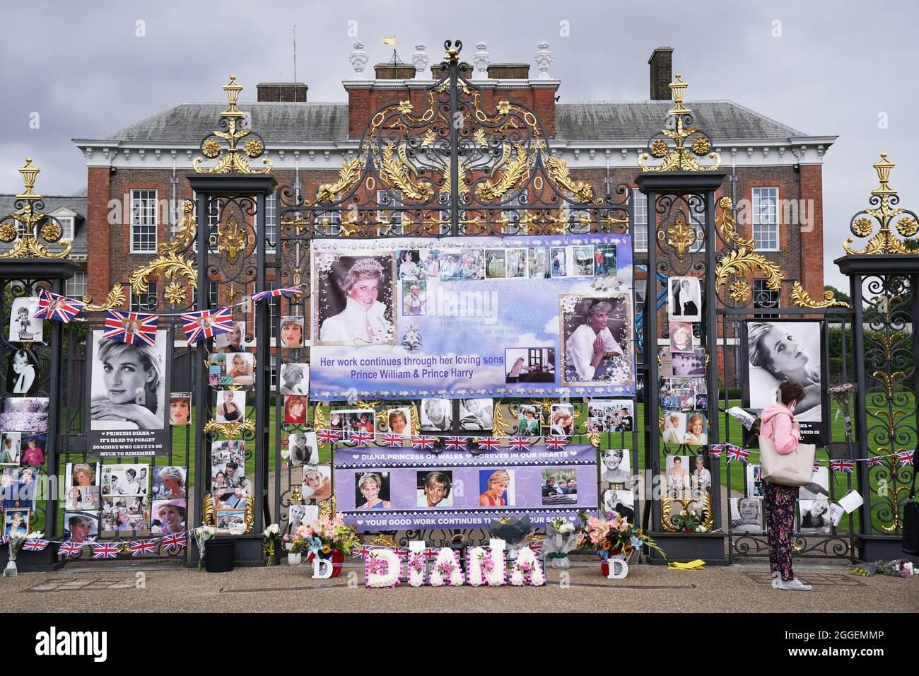 Die Menschen schauen sich die Ehrungen an, die am 24. Todestag von Diana, Prinzessin von Wales, vor den Toren des Kensington Palace in London hinterlassen wurden. Bilddatum: Dienstag, 31. August 2021. Stockfoto