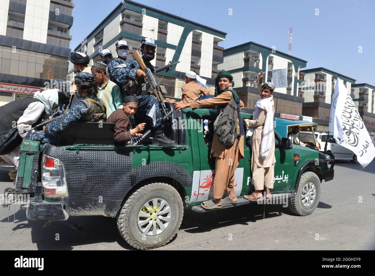 Kandahar Stadt, Süd-Afghanistan. August 2021. Taliban-Kämpfer und ihre Anhänger feierten in ganz Afghanistan mit dem endgültigen Abzug aller US-Truppen. Das Ende der 20-jährigen ausländischen Militärpräsenz. Stockfoto