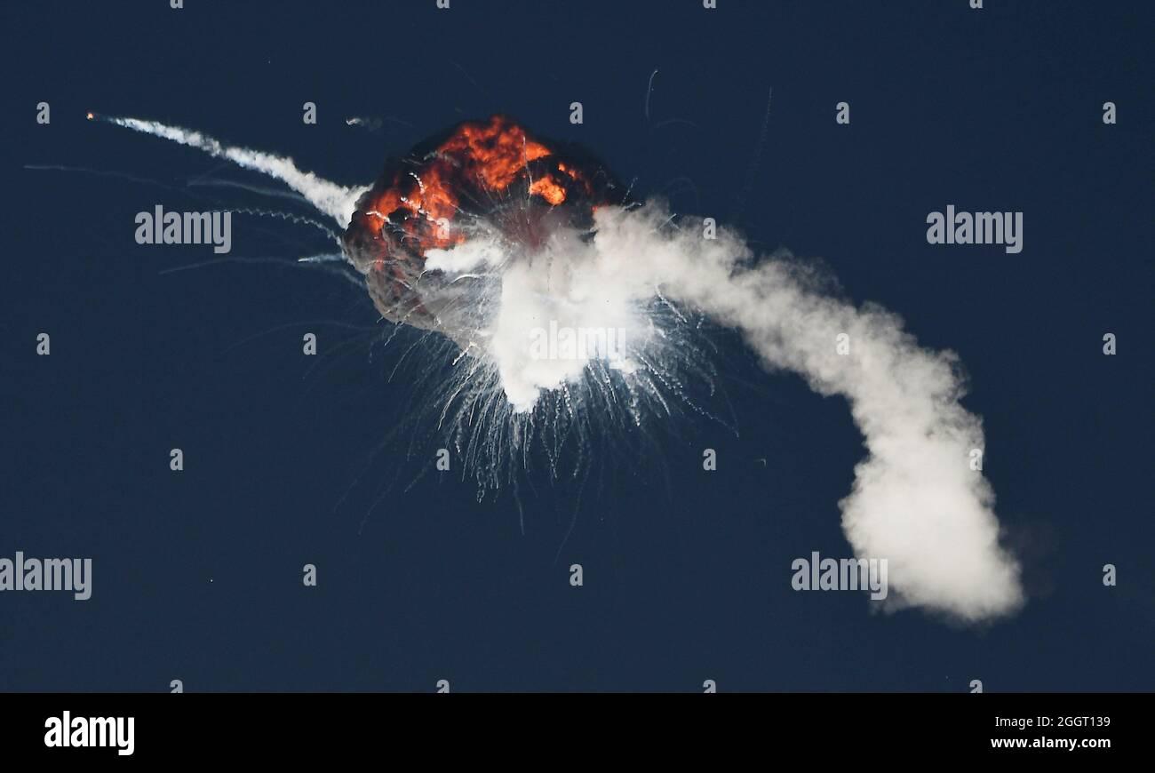 Die erste Alpha-Rakete von Firefly Aerospace erleidet beim ersten Start eine katastrophale Anomalie, die 2 Minuten, 30 Sekunden nach dem Start von der Vandenberg Space Force Base, Kalifornien, USA, zum Verlust des Fahrzeugs führte. 2. September 2021. REUTERS/Gene Blevins Stockfoto