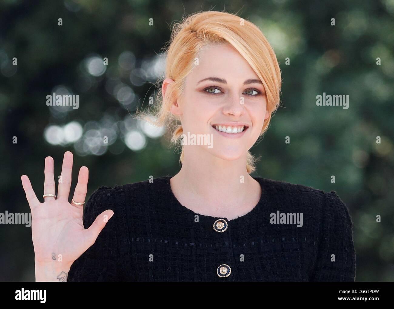Die Schauspielerin Kristen Stewart winkt während der 78. Internationalen Filmfestspiele von Venedig, Italien, am 3. September 2021. REUTERS/Yara Nardi Stockfoto