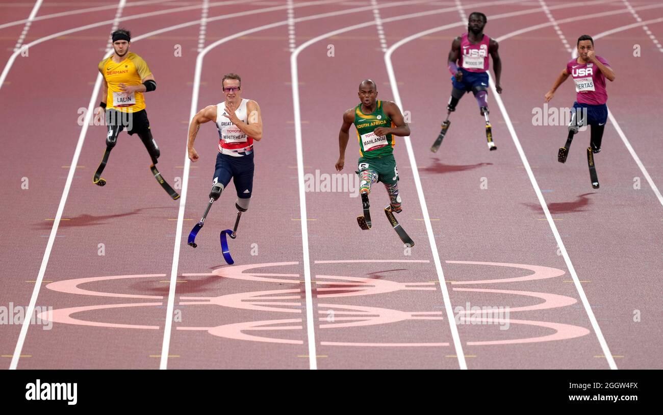 Südafrikas Ntanto Mahlangu (Mitte) gewinnt das 200 Meter-T61-Finale der Männer vor dem zweitplatzierten britischen Richard Whitehead am zehnten Tag der Paralympischen Spiele in Tokio 2020 im Olympiastadion. Bilddatum: Freitag, 3. September 2021. Stockfoto