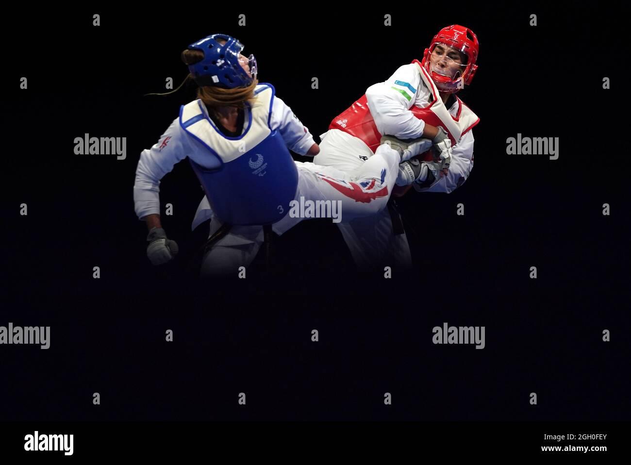 Amy Truesdale (links) aus Großbritannien und Guljonoy Naimova treten am 11. Tag der Paralympischen Spiele in Tokio 2020 in der Makuhari Messe Hall beim Frauen-Halbfinale K44 +58 kg an. Bilddatum: Samstag, 4. September 2021. Stockfoto