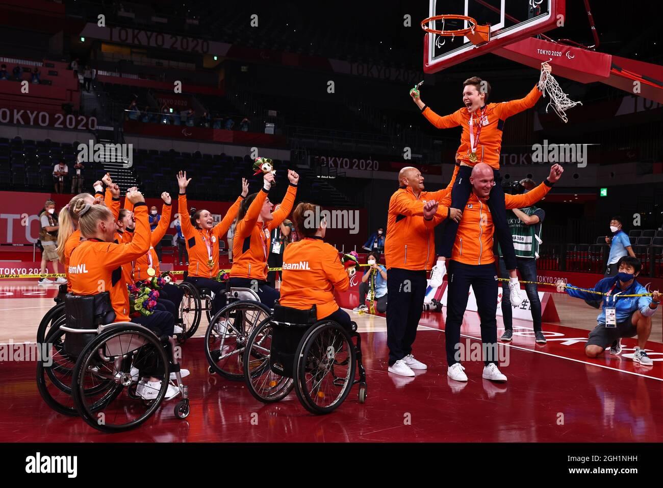 Paralympische Spiele 2020 In Tokio - Basketball Mit Rollstuhl - Frauen - Medaillenverleihung - Ariake Arena, Tokio, Japan - 4. September 2021. Bo Kramer aus den Niederlanden schneidet das Netz, als sie mit Teamkollegen den Goldgewinn feiert. REUTERS/Thomas Peter Stockfoto
