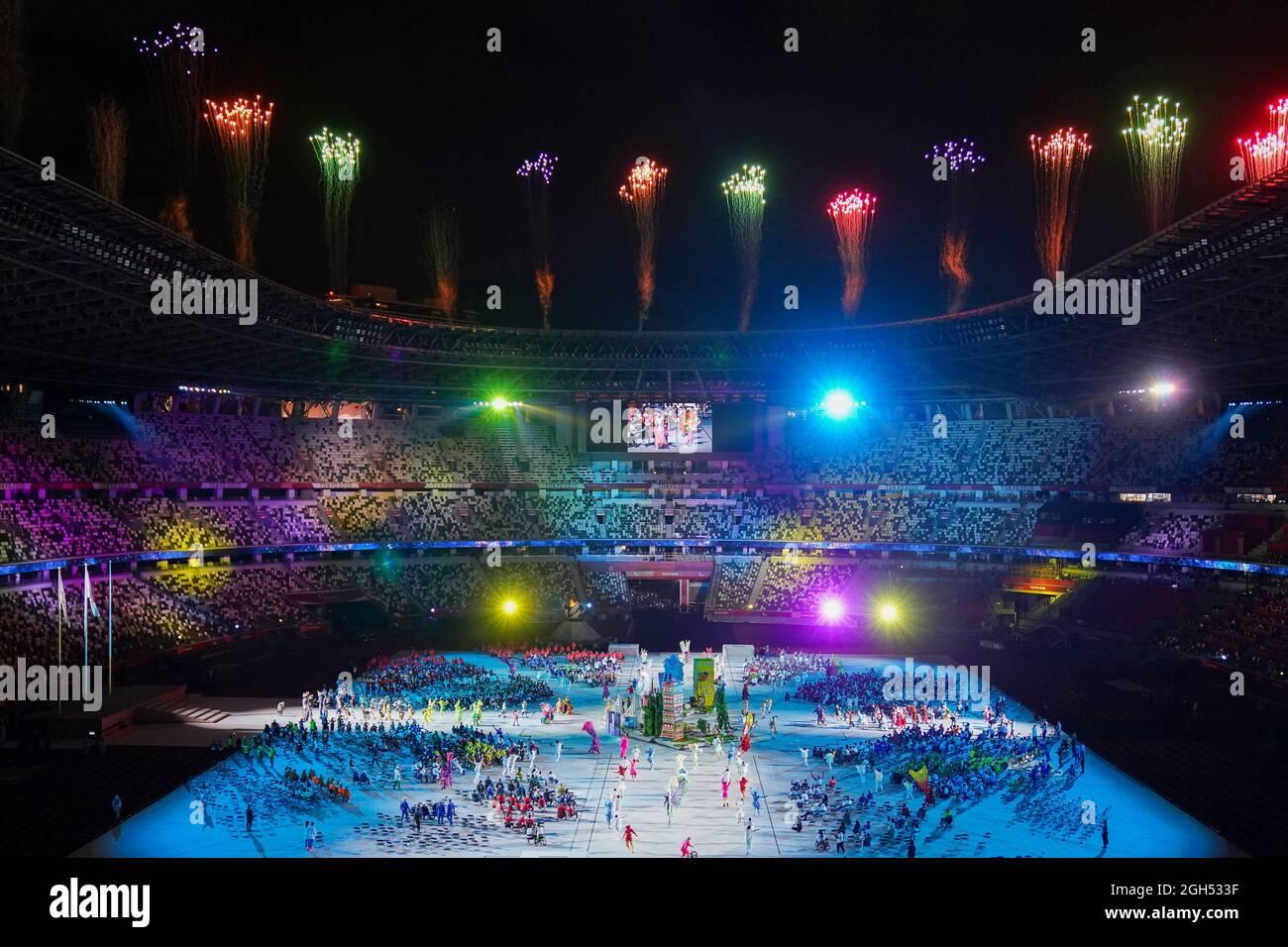 TOKIO, JAPAN - 5. SEPTEMBER: Feuerwerk während der Abschlusszeremonie der Paralympischen Spiele 2020 in Tokio im Olympiastadion am 5. September 2021 (Foto von Helene Wiesenhaan/Orange Picics) NOCNSF Atletiekunie Credit: Orange Pics BV/Alamy Live News Stockfoto