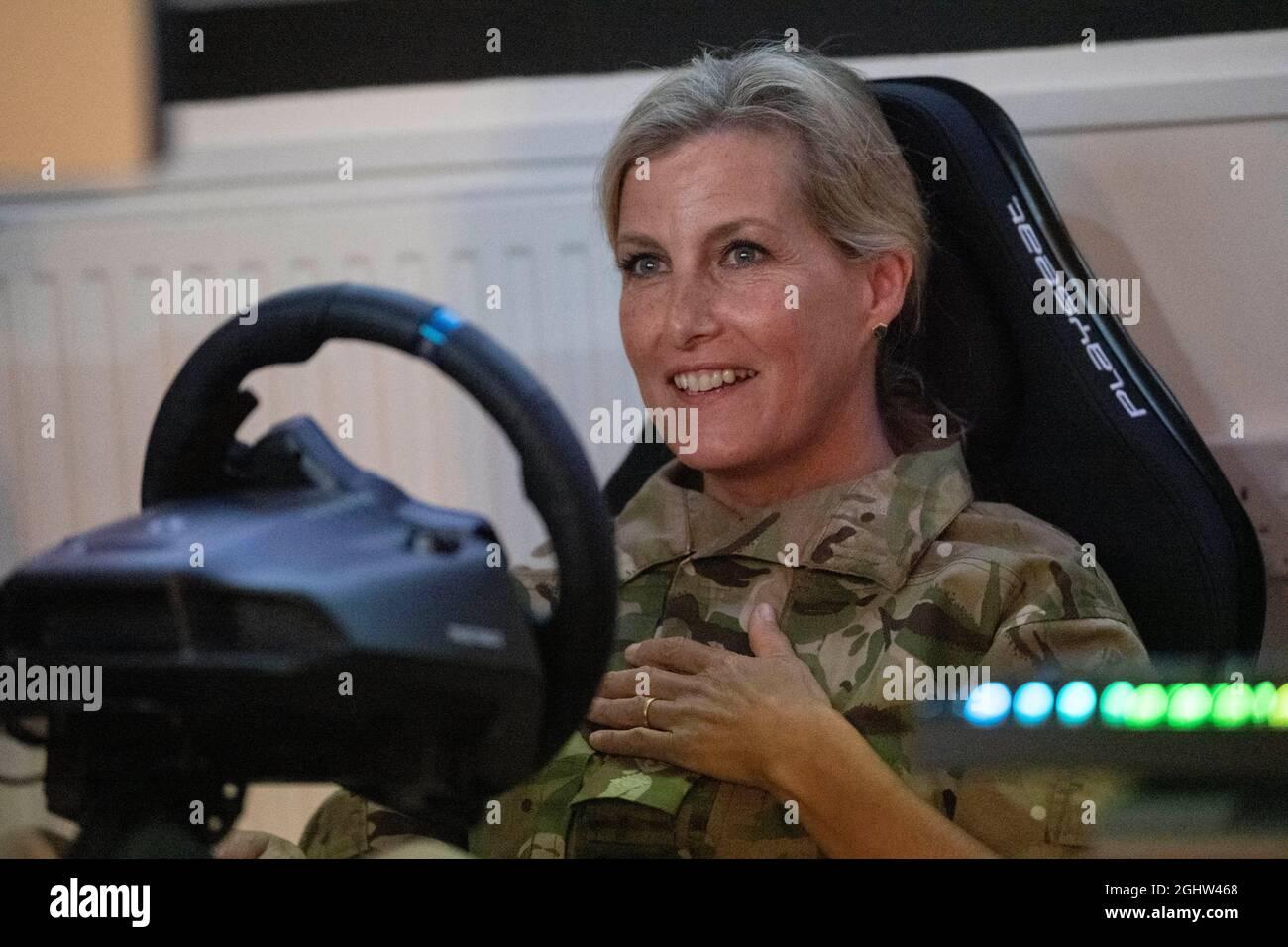 Die Gräfin von Wessex spielt ein Rennspiel namens Dirt 2, das Teil der E-Gaming Challenge ist, während ihres Besuchs bei RAF Wittering, Peterborough, wo sie den Gräfin von Wessex Cup besuchte, Ein jährlicher Wettbewerb, bei dem ihre Regimenter und militärischen Organisationen in einer Reihe von Herausforderungen gegeneinander antreten. Bilddatum: Dienstag, 7. September 2021. Stockfoto