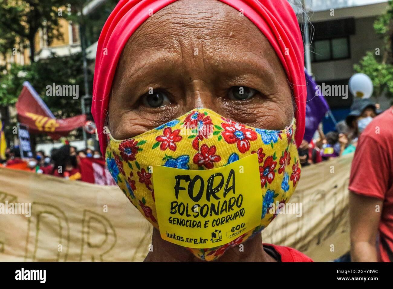 """7. September 2021Rio De Janeiro, Brasilien: Demonstranten während des Unabhängigkeitstages des Landes fordert """"Schrei der Ausgeschlossenen"""" den Rücktritt von Präsident Bolsonaro aus der Regierung. Die Demonstranten fordern mehr Arbeitsplätze und Lebensmittel. (Bild: © Ellan Lustosa/ZUMA Press Wire) Stockfoto"""