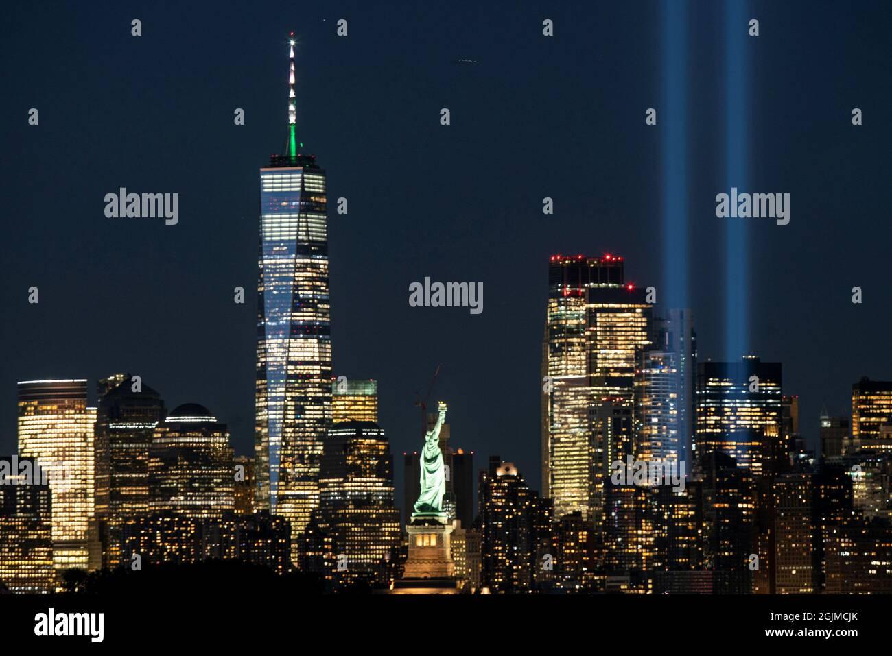 Die Installation Tribute in Light, das World Trade Center und die Freiheitsstatue werden vor dem 20. Jahrestag der Anschläge vom 11. September in Manhattan gesehen, wie aus Bayonne, New Jersey, USA, 10. September 2021 ersichtlich ist. REUTERS/Eduardo Munoz Stockfoto
