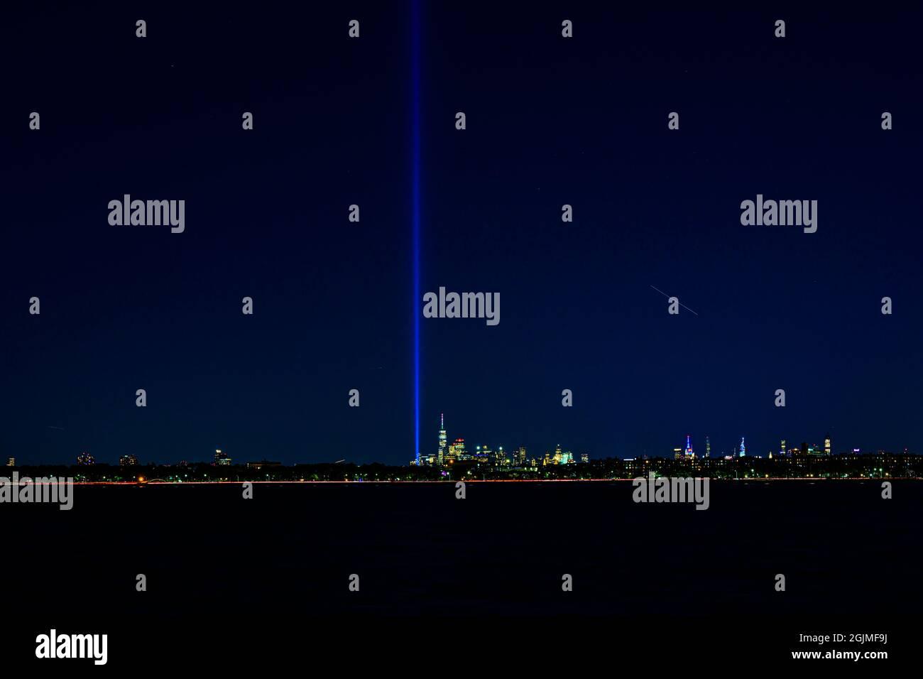 Blick auf das Lower Manhattan mit The Tribute in Light, von der Coney Island, Brooklyn am Vorabend des 9. Jahrestages der 11; 10. September 20 Stockfoto