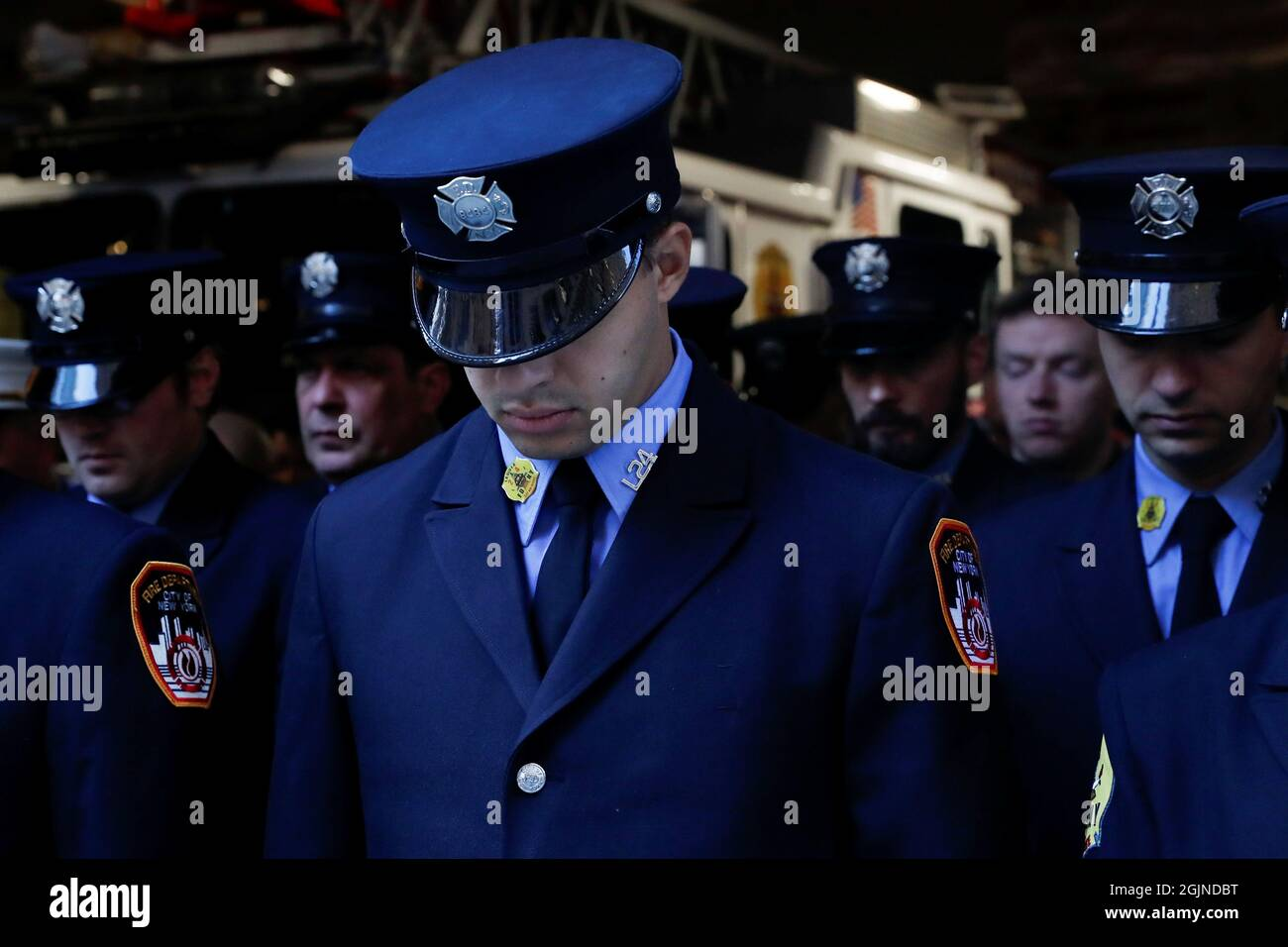 Feuerwehrleute nehmen an einer Zeremonie anlässlich des 20. Jahrestages der Anschläge vom 11. September 2001 im Feuerwehrhaus FDNY Engine 1/Ladder 24 in New York City, New York, USA, Teil, 11. September 2021. REUTERS/Shannon Stapleton Stockfoto