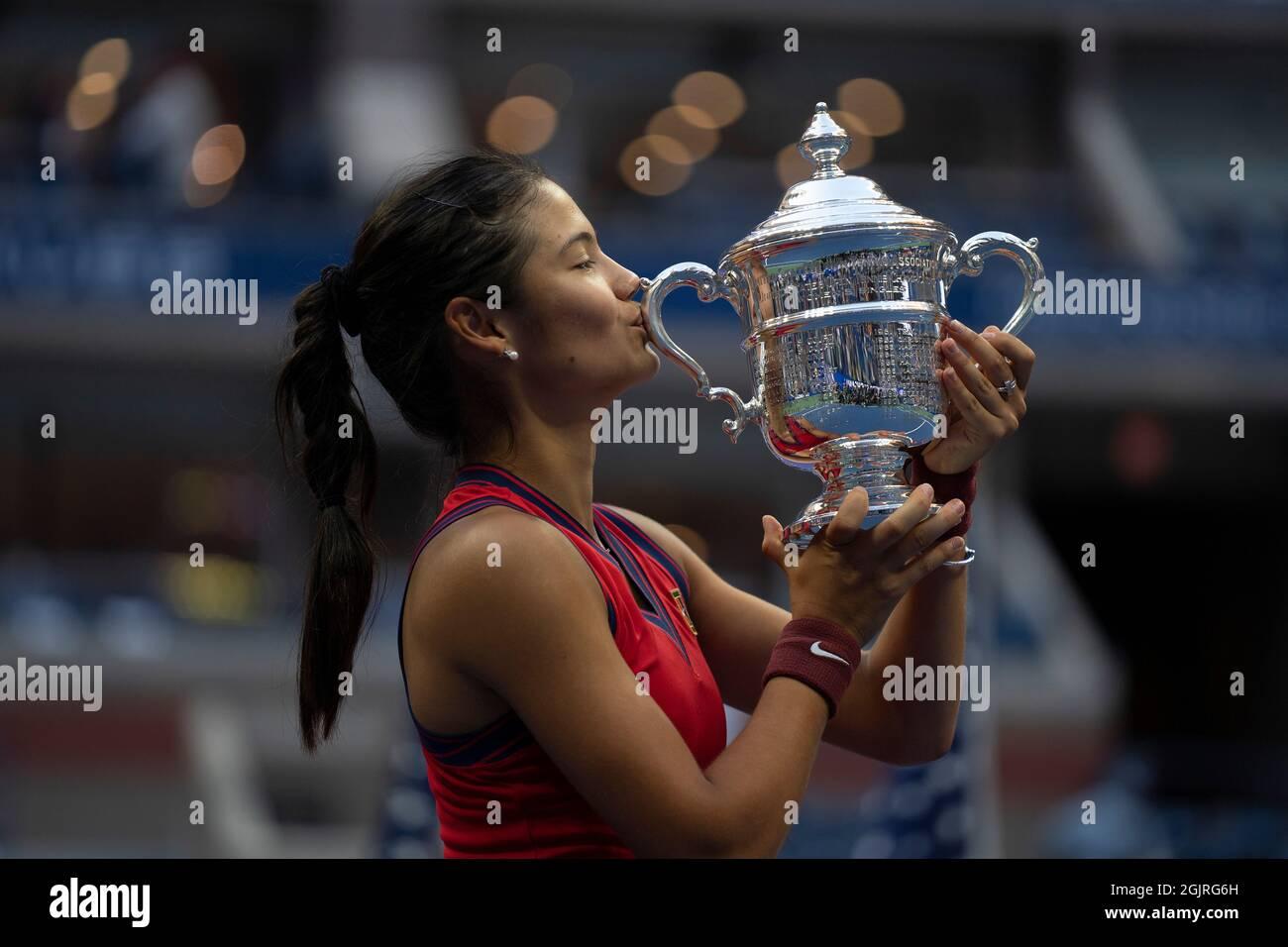 New York, USA, 11. September 2021 Emma Raducanu (GBR) feiert den Sieg im Einzel-Finale der Frauen gegen Leylah Fernandez (CAN) und posiert mit der Trophäe am 13. Tag beim US Open 2021 Credit: Susan Mullane Credit: Susan Mullane/Alamy Live News Stockfoto