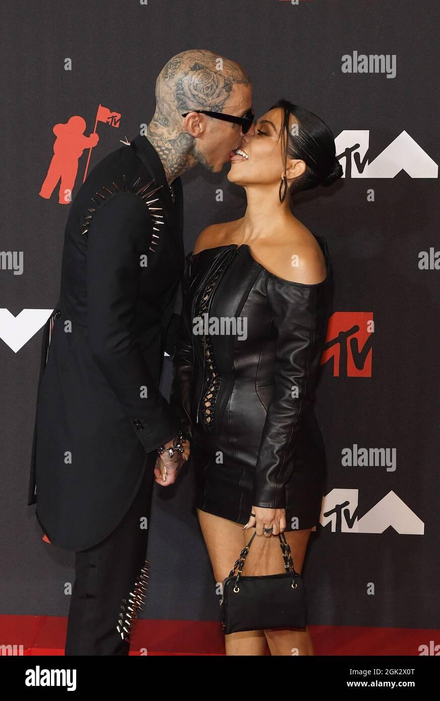 Travis Barker, Kourtney Kardashian werden bei den MTV Video Music Awards 2021 am 12. September 2021 im Barclays Center in New York City in Brooklyn gesehen, wie sie sich am roten Karper küssen. Foto: Jeremy Smith/imageSPACE Stockfoto